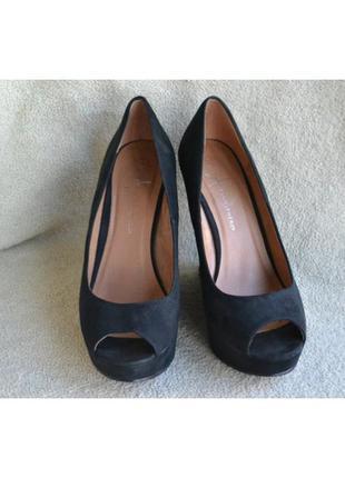Туфли на танкетке с открытым носком