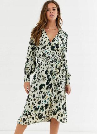 Розквшна сукня на запах з принтом
