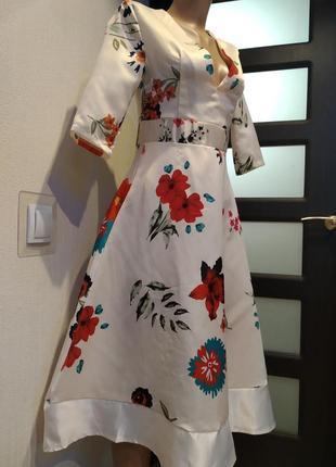 Вечернее стильное платье миди белое с цветочным принтом
