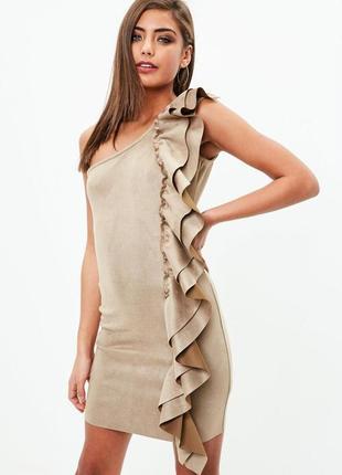 Изысканное платье с воланом. кэмел