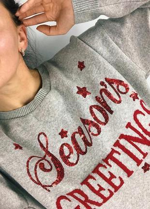 Новогодний свитер с блестящей надписью