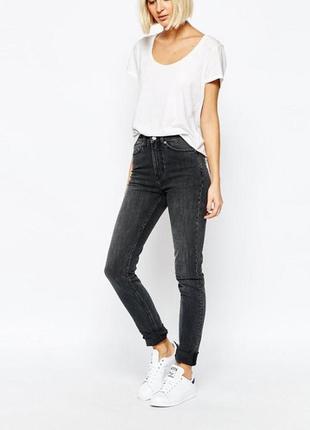 Высокие джинсы с необработанными краями/подворотами  mtwtfss weekday