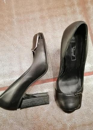 Туфли на устойчиво каблуке кожаные