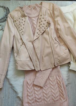 Розовая персиковая короткая кожаная куртка косуха с золотыми молниями замками заклепками
