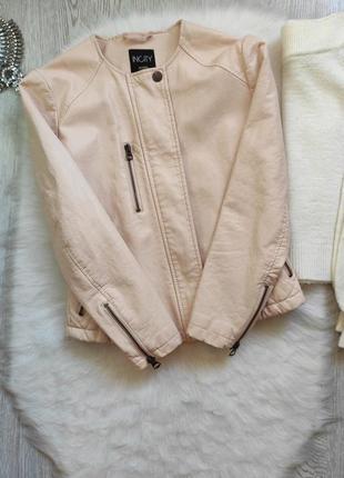 Розовая персиковая бежевая короткая кожаная куртка кожанка косуха с молниями замками