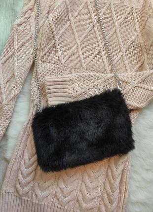 Черная пушистая меховая маленькая сумка кросс боди клатч на серебристой длинной цепочке