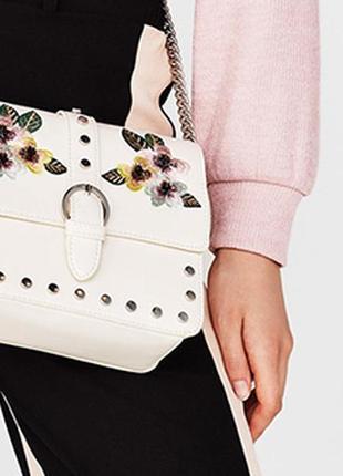 Белая кожаная маленькая сумка кросс боди с цветной вышивкой рисунками длинной ремешок