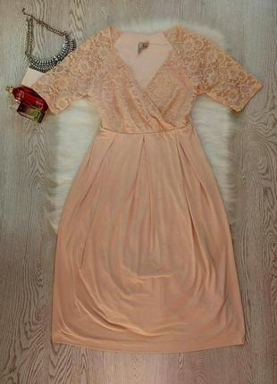 Нарядное бежевое персик пудра платье с вырезом декольте и ажурный верх гипюр с рукавами