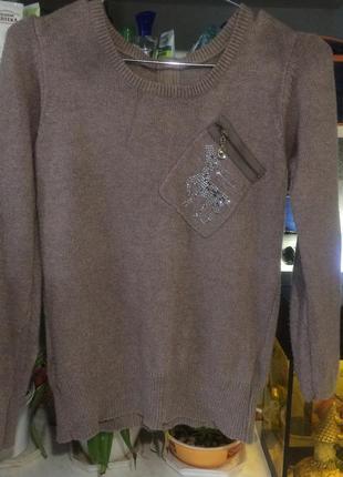 Стильный свитер с цепочкой сзади