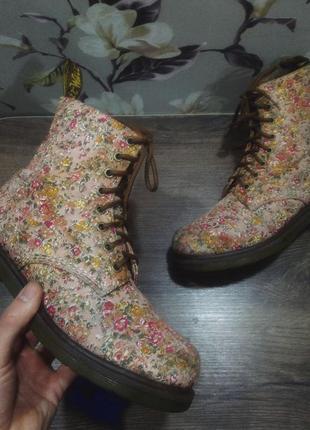 Ботинки dr martens. ботинки dr martens с принтом цветы. оригинальные. dr. martens