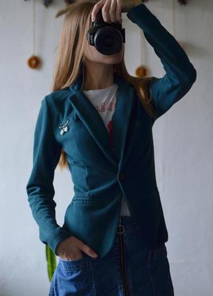 Приталенный пиджак с красивой булавкой от bershka