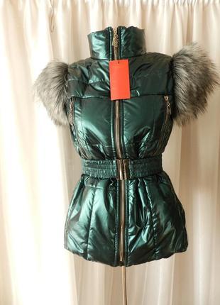 Тёплая жилетка от  костюма шикарно блестит, украшен мехом  жилетка пояс