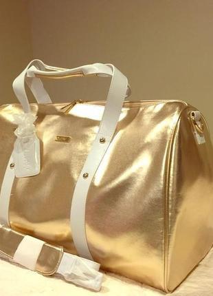 Очень красивая  золотистая дорожная сумка от известного бренда оригинал