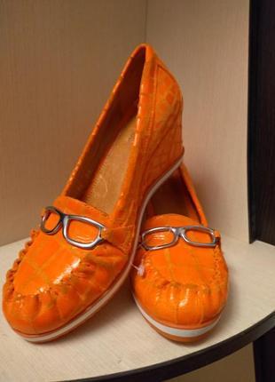 Классные кожаные туфли на танкетке. размер 36