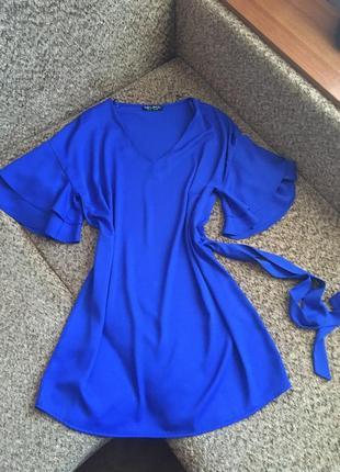 Яркое платье с воланами на рукавах