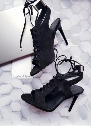 Черные замшевые босоножки на шнуровке от calvin klein размер 40