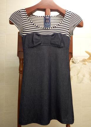 Короткое трикотажное платье в морском стиле.
