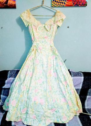 Платье с кружевом на фатиновом подъюбнике