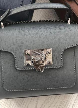 Серая кожаная сумка на цепочке италия