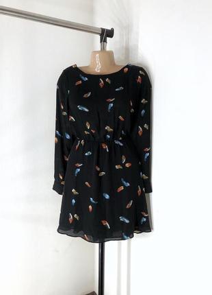 Шифоновое платье в принт перьев