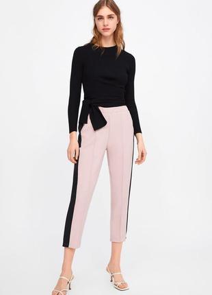 Стильные пудровые брюки с черными лампасами zara!