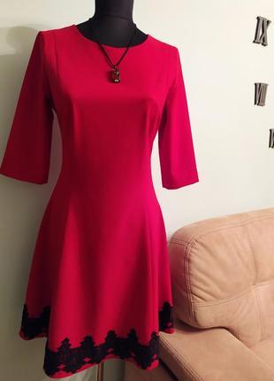 Очень изящное,стильное красное платье.