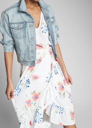 Платье на запах с воланами в принт цветы.