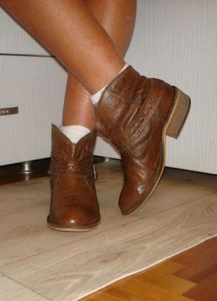 Кожаные фирменные полусапожки shoe-licious!индия