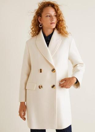 Стильное молочно-белое пальто от бренда mango