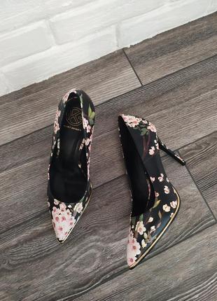Шикарные новые туфли лодочки