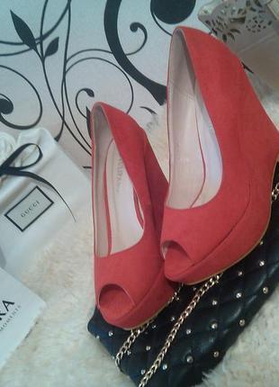 Роскошные туфельки на танкетке ярко красного цвета, р. 37-23,5см.💋💄🌹