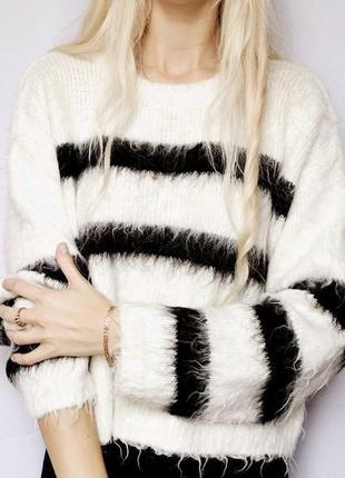 Объёмный мохнатый укорочённый свитер с черно-белыми полосами
