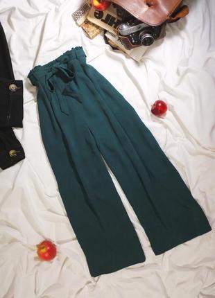 Изумрудные кюлоты с поясом и оборкой (широкие брюки, зеленые штаны, клеш от бедра)