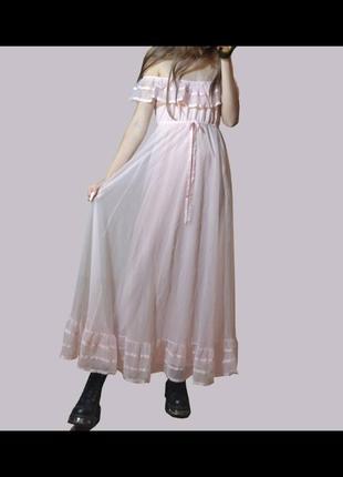 Платье с рюшами лоли со спущенными плечами розовое длинное в пол готическое