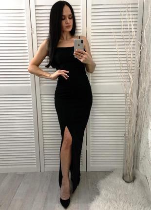 Чёрное платье с разрезом по ножке