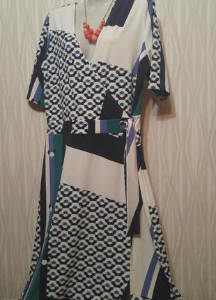 Оригинальное платье в абстрактный рисунок.