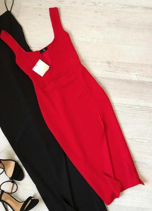 Красное платье по фигурке с разрезом по ножке