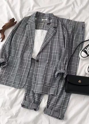 Женский костюм с брюками в клетку серый