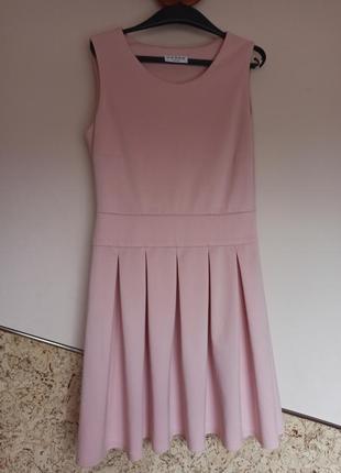 Пудровое розовое платье из плотной  ткани