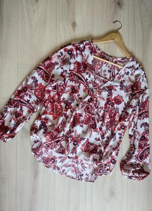 Изысканная сатиновая блуза на запах в растительный принт
