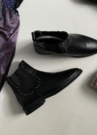 Трендовые ботинки челси с заклепками