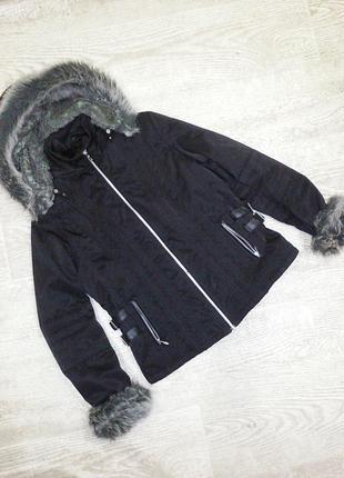 Черная курточка с мехом.