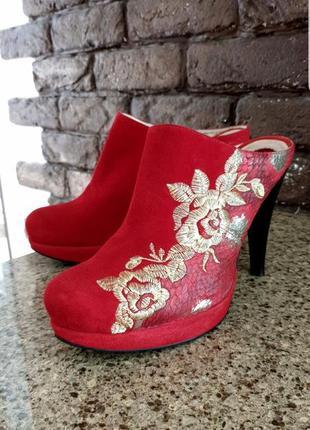Шикарные замшевые женские красные туфли сабики на каблуке с золотой вышивкой. размер 39