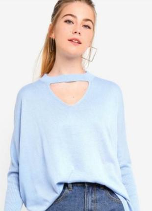 Нежно-голубой джемпер кофта с чокером и расклешенными рукавами