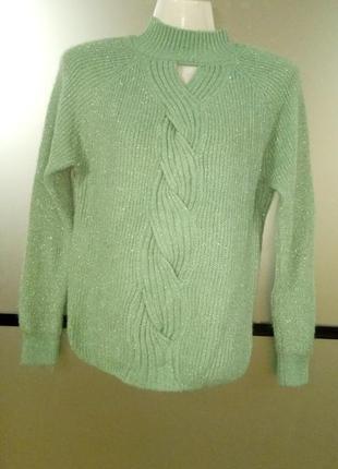 Теплый салатовый свитер с косами