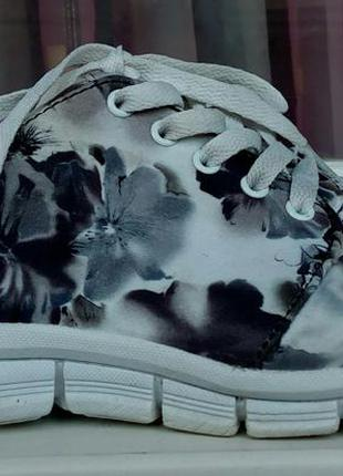 Стильные кроссовки с цветочным принтом atmosphere