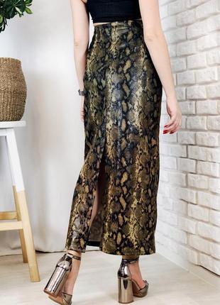 Длинная юбка под кожу змеиный принт с разрезом сзади на высокой талии