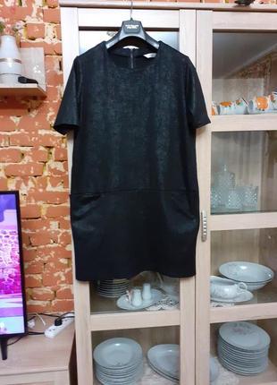 Стильное тканевое под кожу с карманами платье