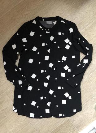 Женская рубашка блуза в геометрический принт чёрного цвета с круглым воротом удлинённая