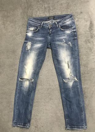 Укороченные джинсы на низкой посадке